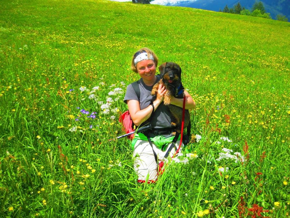 Met de hond tussen de bloemen in Oostenrijk