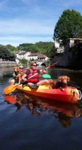 Kanovaren met de hond op vakantie in Frankrijk