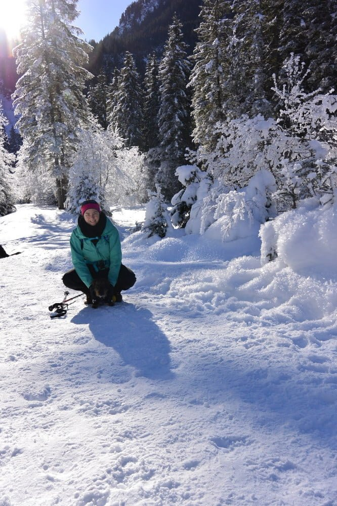Met Doortje mijn teckel poseren in de sneeuw