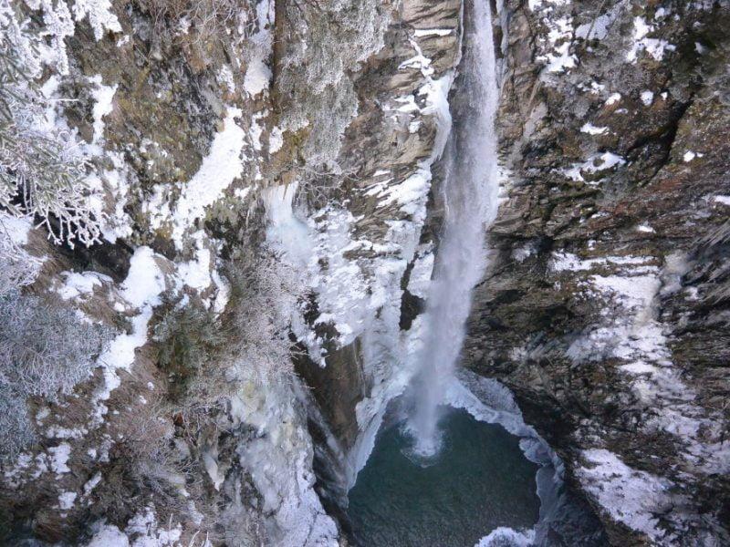 Uitzicht vanaf het rooster op de poel en de waterval