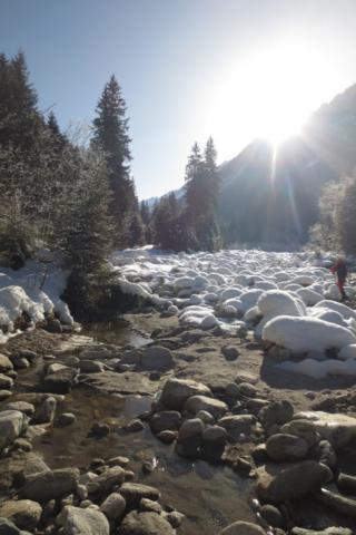 Lunchen op grote besneeuwde keien in Oostenrijk