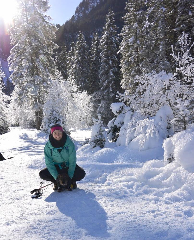 Teckel met eigenaresse op de foto in de winter in Oostenrijk