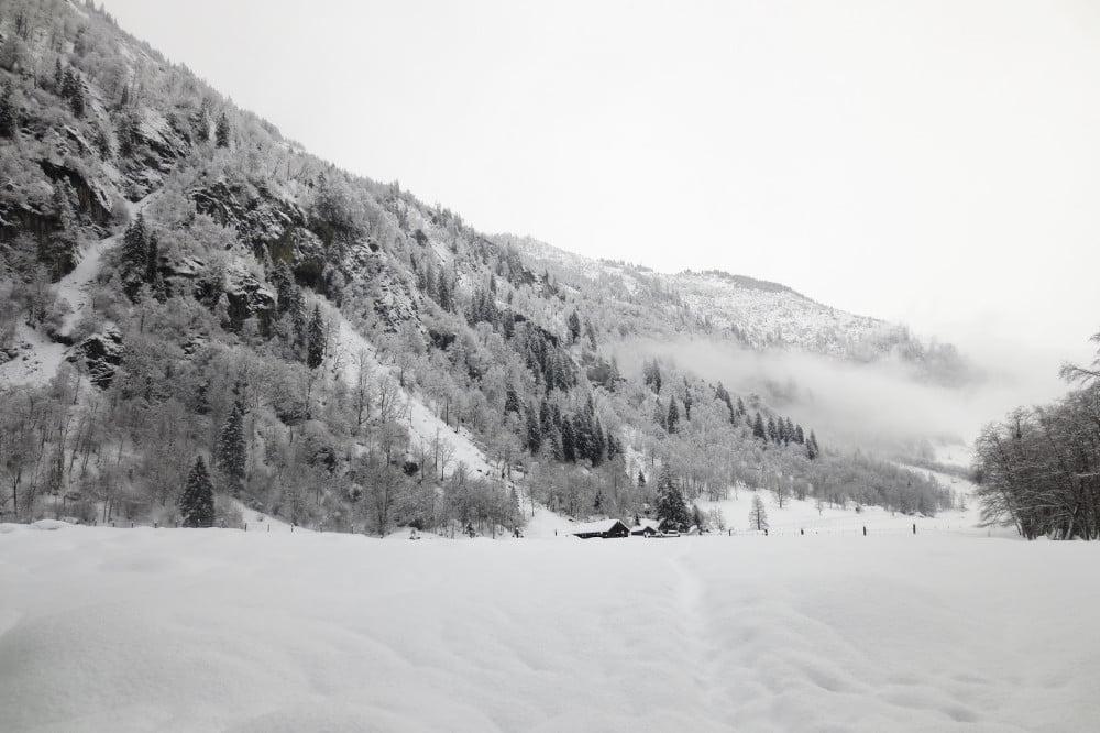 Besneeuwde bergen in Oostenrijk tijdens het sneeuwschoenwandelen