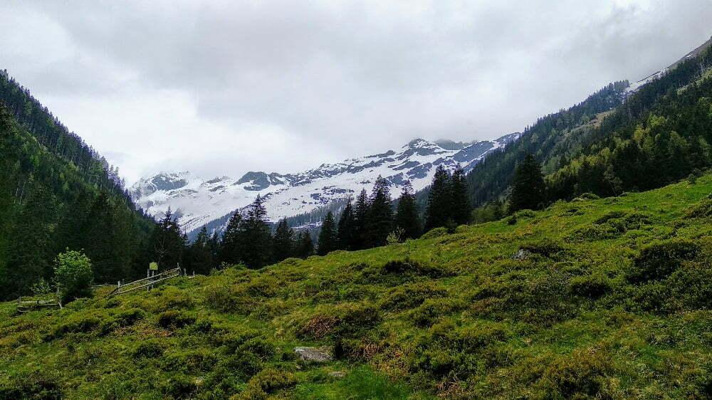 Besneeuwde bergtoppen in de Oostenrijkse Alpen