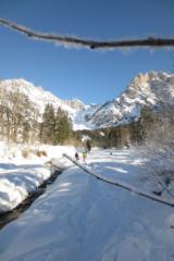 Uitzicht op besneeuwde bergen tijdens de sneeuwschoenwandeling