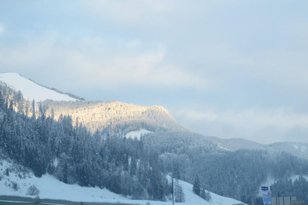 Besneeuwde bergen in Oostenrijk onderweg naar huis