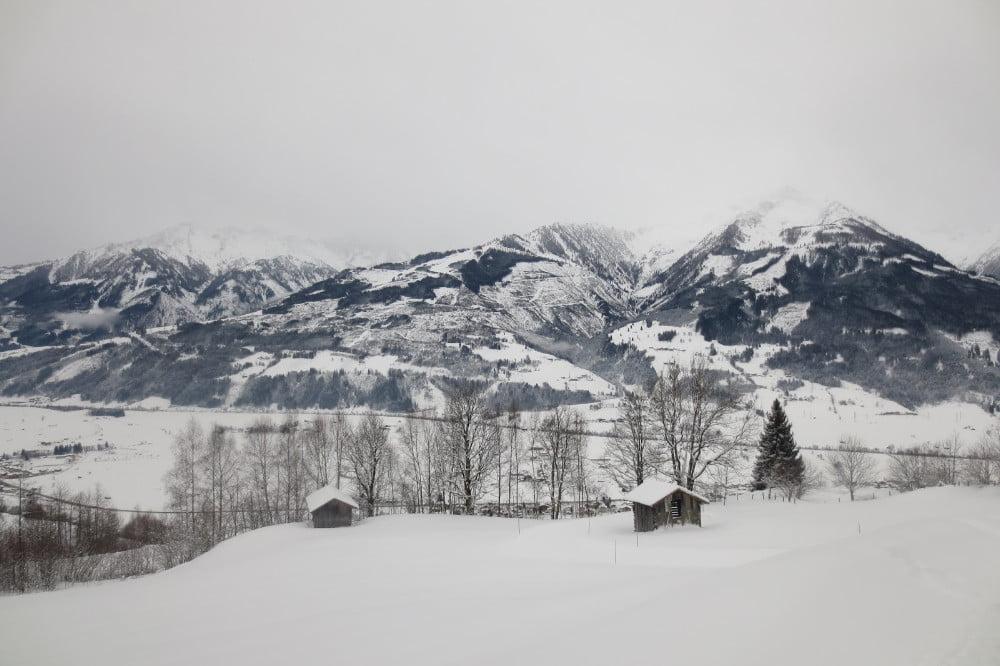 Uitzicht op besneeuwde bergen in Oostenrijk