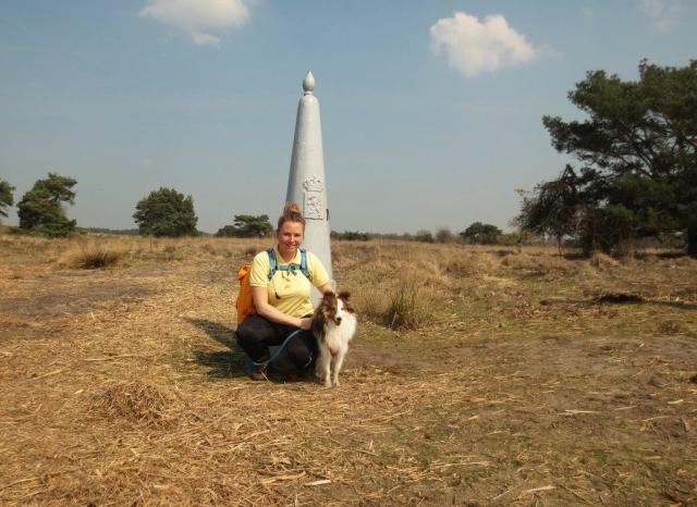 Met Sheltie op de foto bij de grenspaal in natuurgebied De Plateaux - Hageven